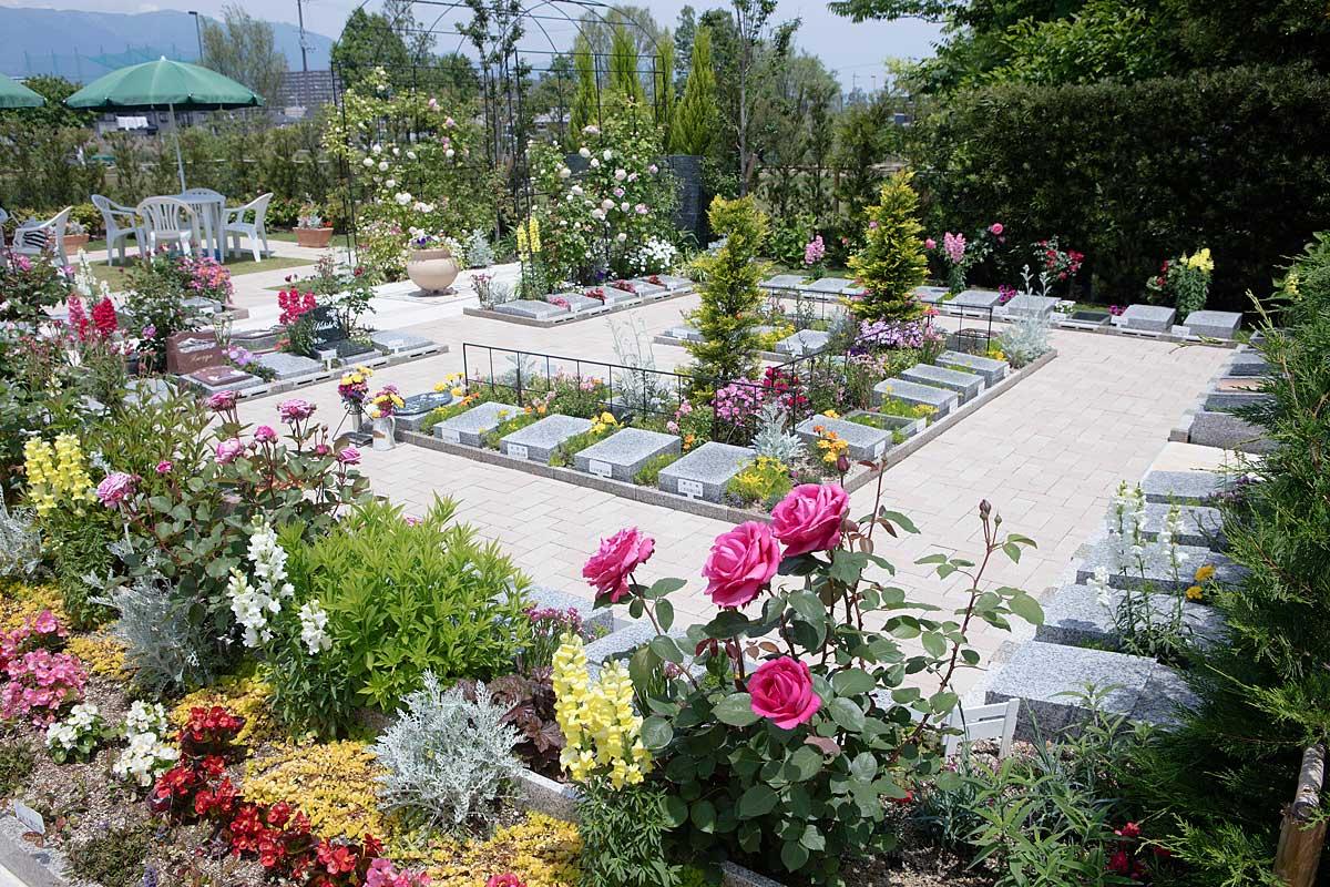墓地とは思えない色とりどりの花が咲き誇るやすらぎの空間