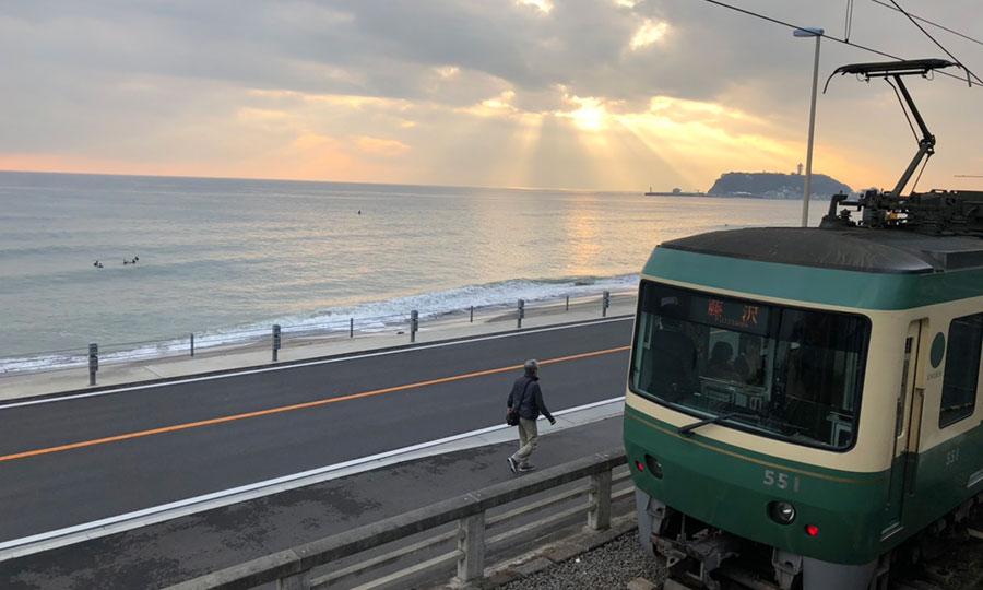 朝焼けの江ノ電