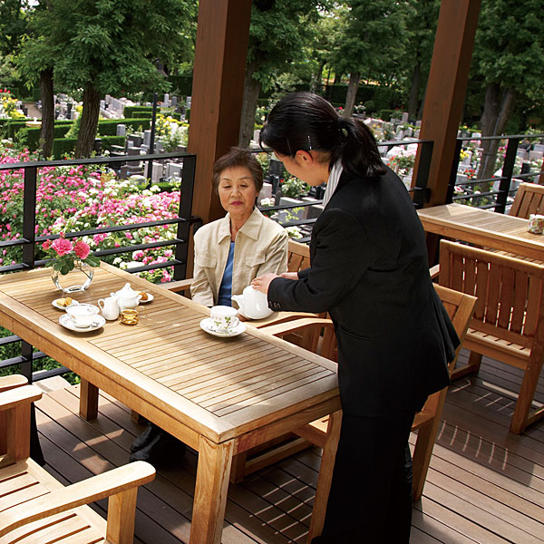 お飲み物のおもてなしにはお茶菓子をそえて/秋津ふれあいパーク ホールロゼリアのテラス